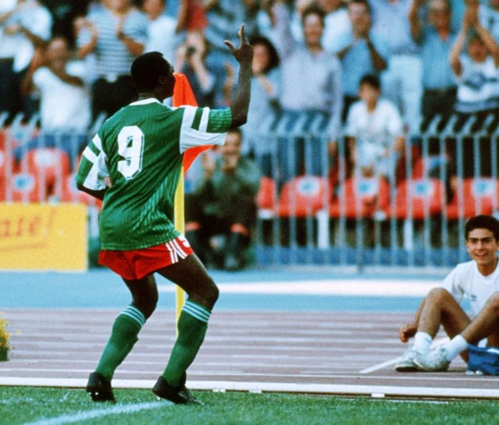 Roger Milla celebra gol Mundial Italia 1990