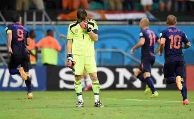 Casillas hundido en el partido ante Holanda
