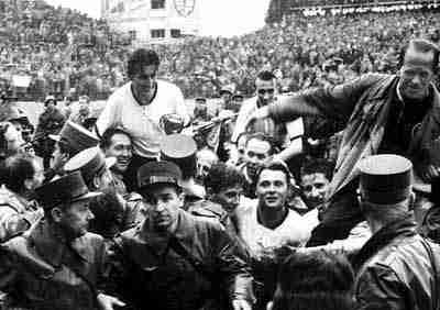Fritz Walter con la Copa Jules Rimet aupado por la afición