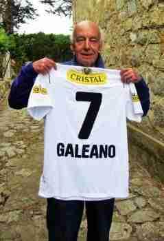 Eduardo Galeano posa con una camiseta de Colo-Colo regalada por seguidores chilenos. Fuente: La Nación