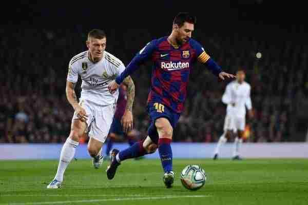 Messi conduce el balón y Kroos le persigue