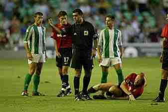 Varela, Riera, Pino Zamorano (árbitro) e Ito con Lussenhoff en el suelo doliéndose de su lesión