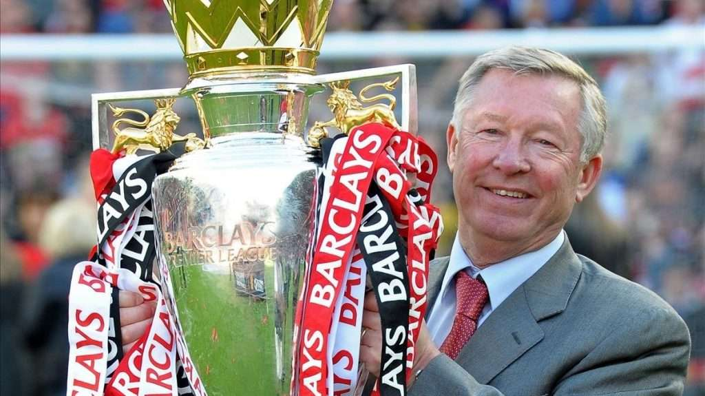 Alex Ferguson levanta trofeo de la Premier