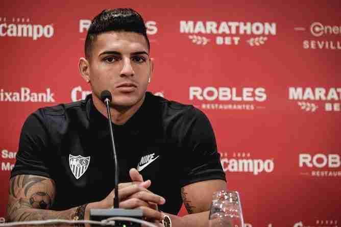 El central brasileño del Sevilla FC el día de su presentación en Nervión