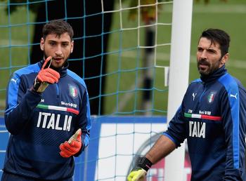 Los dos Gianluigi, Donnarumma y Buffon, en un entrenamiento con Italia