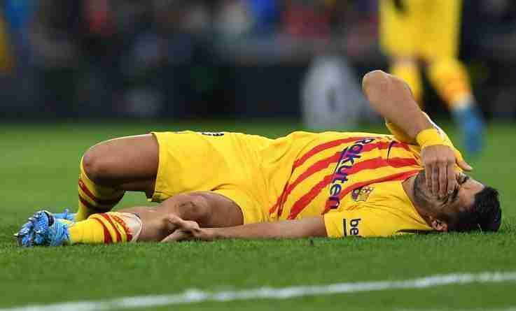 Luis Suárez lesionado en el suelo