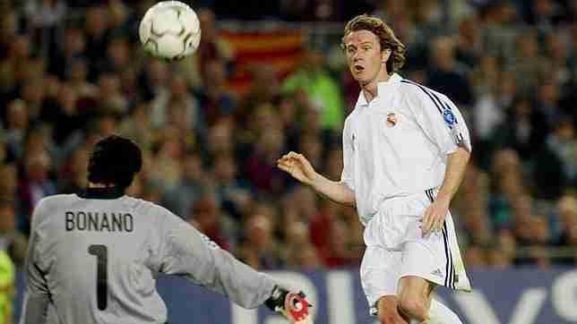 McManaman definiendo con maestría ante Roberto Bonano en el Camp Nou