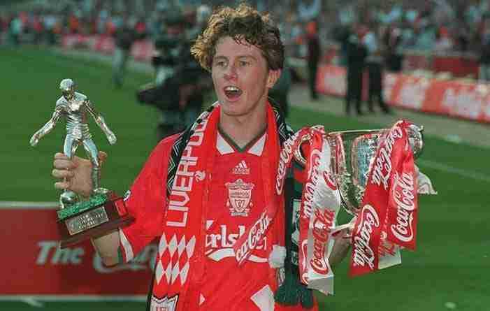 Steve McManaman con la EFL Cup de la temporada 94/95 y el Trofeo al Mejor Jugador de la Final