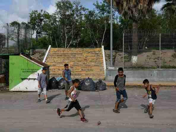 Niños juegan al fútbol con una botella (fuente: Excelsior)