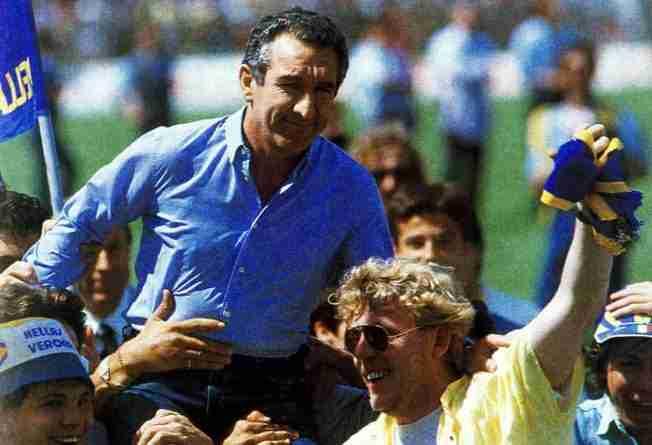 Osvaldo Bagnoli llevado por la afición del Hellas Verona tras conseguir la Liga