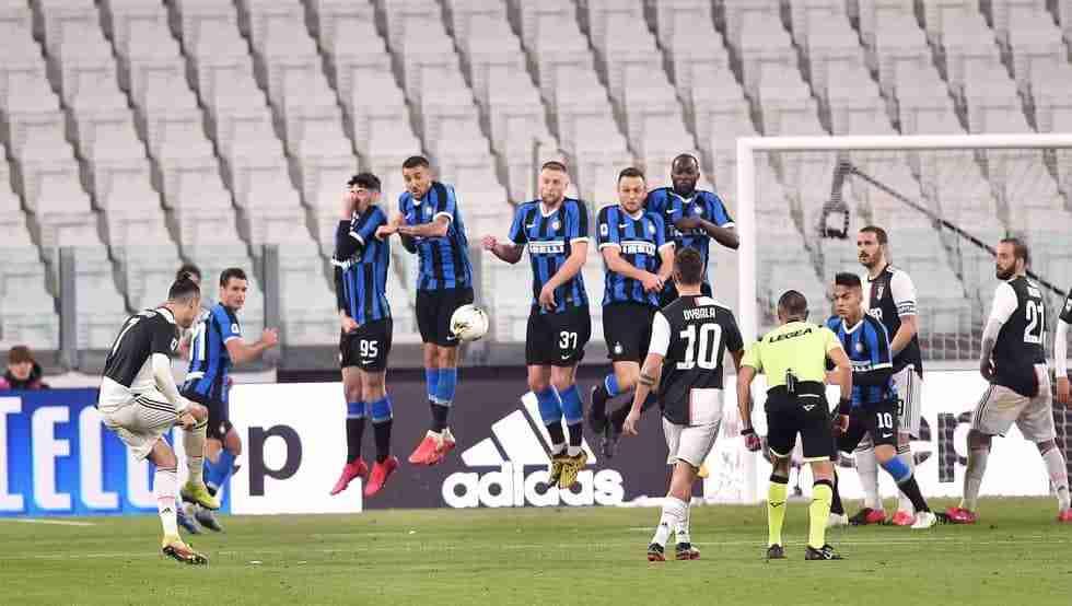 Cristiano Ronaldo lanza una falta frente al FC Inter con las gradas del Juventus Stadium totalmente vacías