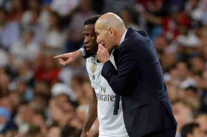 Zidane da instrucciones a Vinicius