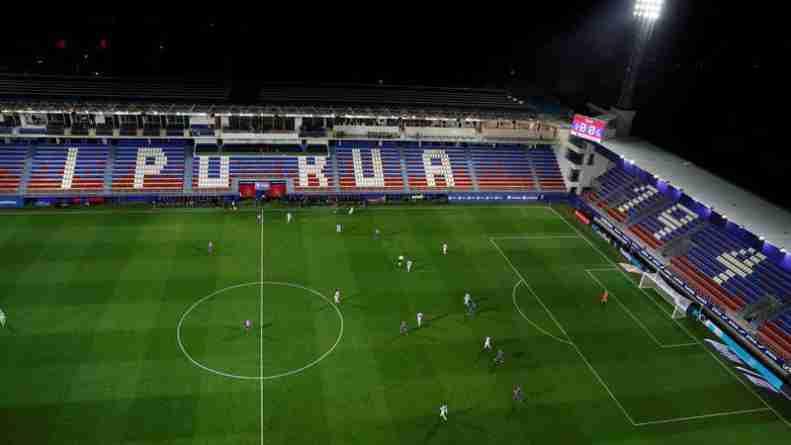 Gradas vacías en Ipurúa en el partido de La Liga Éibar - Real Sociedad