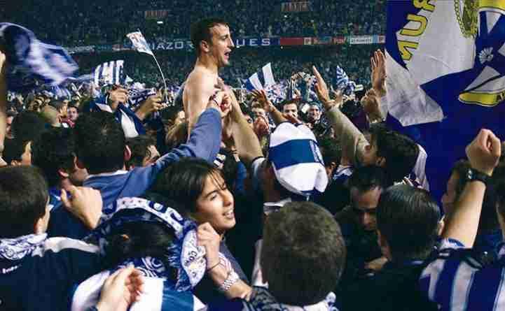 Fran es sacado a hombros por la afición deportivista tras proclamarse campeón de Liga