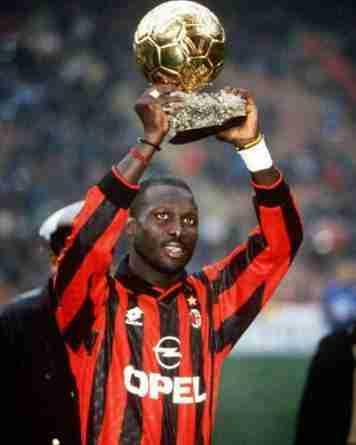George Weah, leyenda en el Milan, levanta el balón de Oro en 1995.