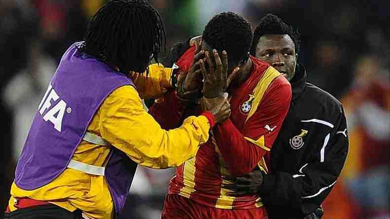 Gyan no tuvo consuelo tras fallar un penalti en el último minuto frente a Uruguay en los cuartos de final del Mundial de Sudáfrica 2010