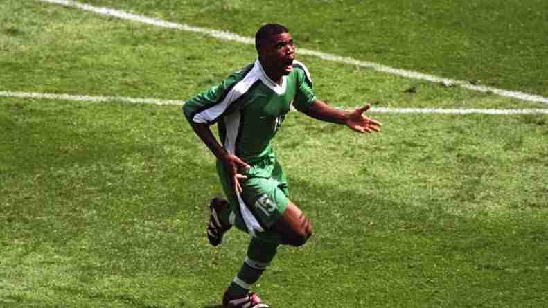 Oliseh celebra su gol frente a España en la fase de grupos del Mundial de Francia en 1998
