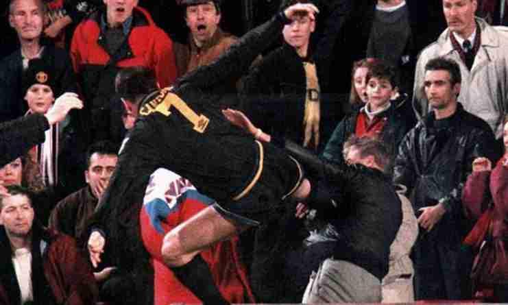Eric Cantona agrede a un aficionado tras haber sido increpado