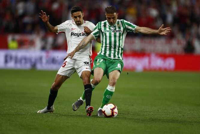 Joaquín y Jesús Navas disputan balón