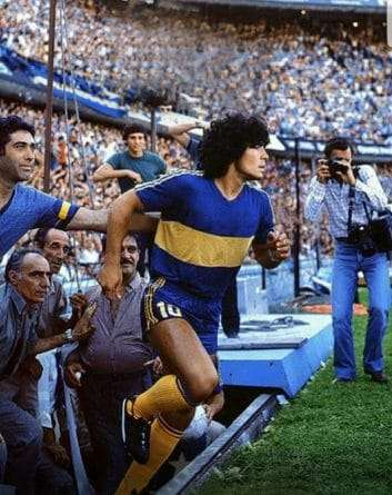 Maradona saltando a la bombonera
