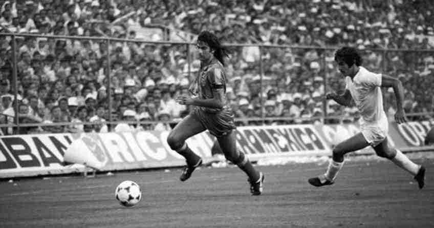 Mario Alberto Kempes corre con el balón en su época en el Valencia CF