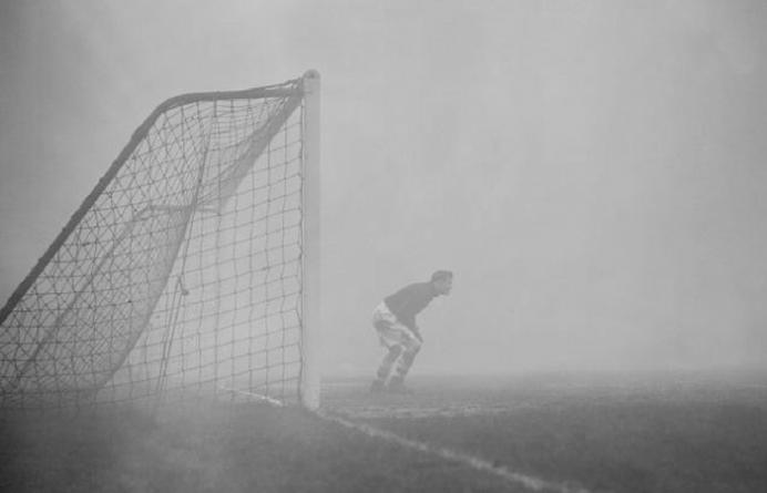 Sam Bartram bajo los palos con la niebla