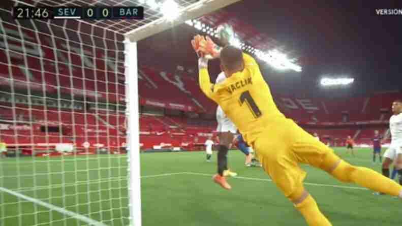 Jules Koundé salva un gol en una exitosa jugada defensiva del Sevilla FC frente al Barcelona