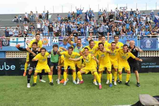Jugadores del Atlético Baleares celebran victoria ante el Ibiza