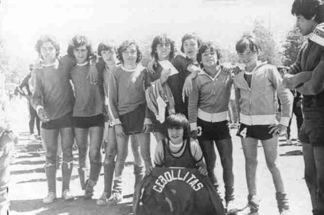 Diego Maradona con el equipo de Los Cebollitas