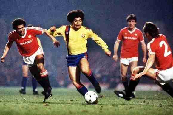 Diego Maradona con el balón partido FC Barcelona Manchester United
