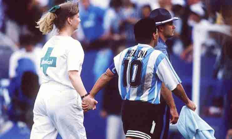 Maradona sale del campo de la mano de la enfermera
