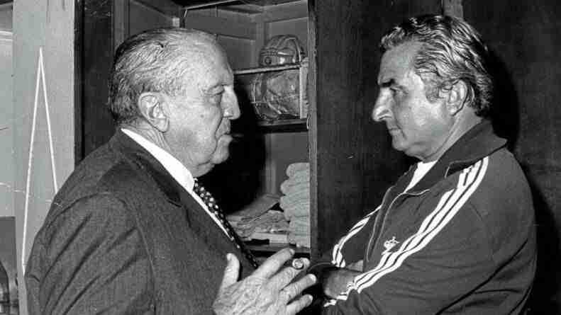 Santiago Bernabéu dialoga con Miguel Muñoz