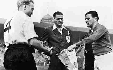 Wright y Puskas intercambian banderines Inglaterra Hungría (fuente: elpais.com)