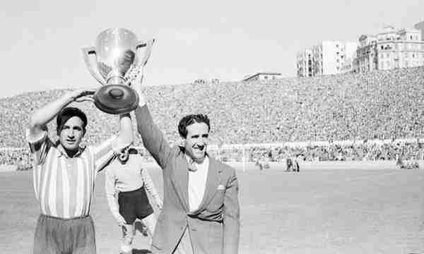 Helenio Herrera con la Liga ganada con el Atlético de Madrid