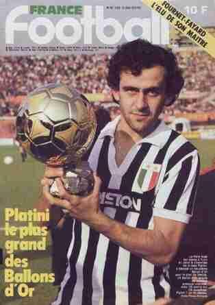 Portada de France Fútbol con Platini y uno de los balones de oro ganados con la Juventus