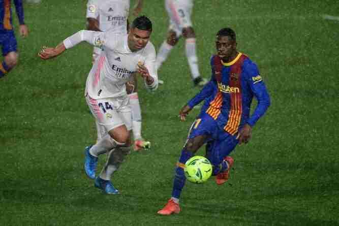 Casemiro y Dembelé luchan por el balón