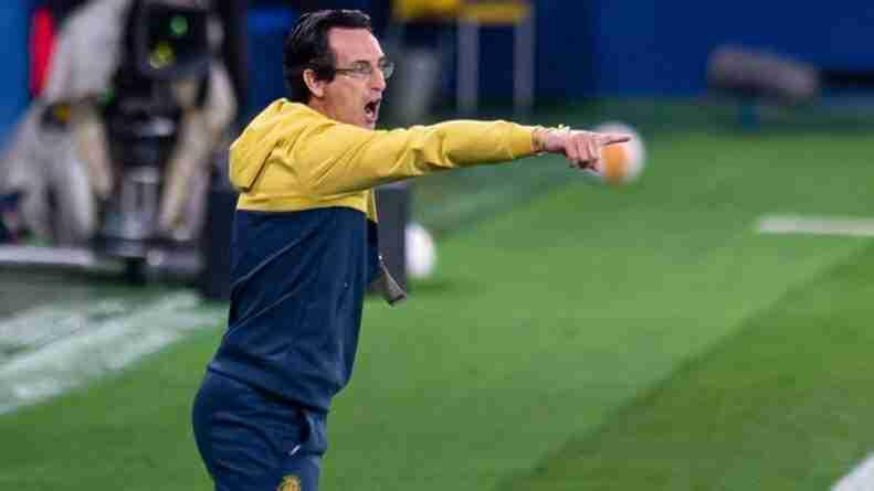Emery Villarreal dando órdenes banquillo