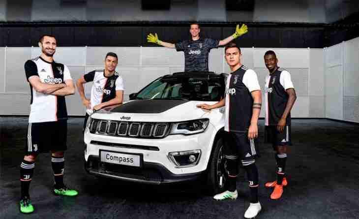 Jugadores de la Juventus posan con un vehículo Jeep, marca del grupo FIAT